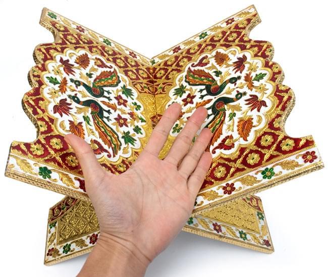 ヒンドゥー教の書見台-大【スワスティカ】 7 - サイズ比較のために、手と一緒に撮影しました。写真は同じ大きさの別の柄です