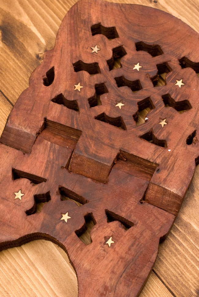 コーランの書見台【REHAL】 4 - よく見ると継ぎ目がなく、ただ一枚の板から切りだされていることがわかります。