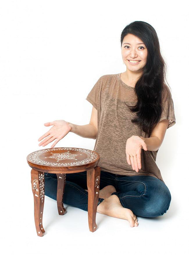 象モチーフのアジアンサイドテーブル 【直径:約30cm】 11 - モデルさんが隣に座ってみました。