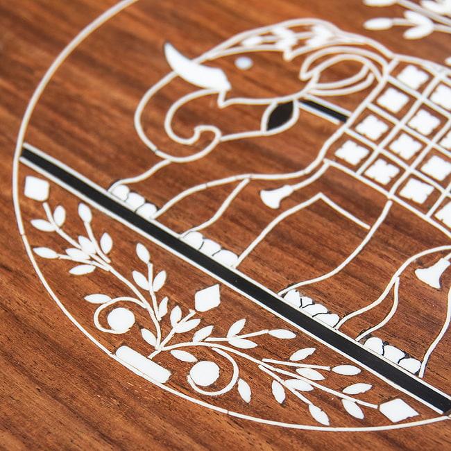 象モチーフのアジアンサイドテーブル 【直径:約30cm】 3 - テーブル面には華麗な唐草模様が施されています。