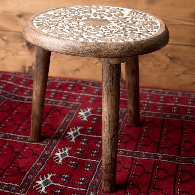 マンゴーウッドのマンダラ・スツール - 子供用椅子 - 小さな椅子 つる草模様 2 - 角度を変えて全体を撮影しました