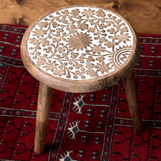マンゴーウッドのマンダラ・スツール - 子供用椅子 - 小さな椅子 つる草模様の写真