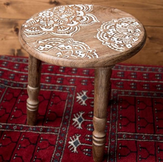 マンゴーウッドのマンダラ・スツール - 子供用椅子 - 小さな椅子 マンダラ 2 - 角度を変えて全体を撮影しました