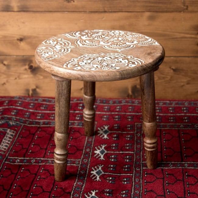 マンゴーウッドのマンダラ・スツール - 子供用椅子 - 小さな椅子 マンダラ 3 - 角度を変えて全体を撮影しました