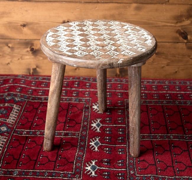 マンゴーウッドのマンダラ・スツール - 子供用椅子 - 小さな椅子 格子模様 2 - 角度を変えて全体を撮影しました