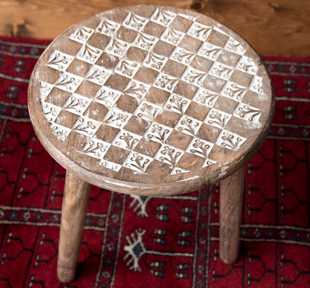 マンゴーウッドのマンダラ・スツール - 子供用椅子 - 小さな椅子 格子模様の写真