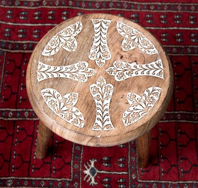 マンゴーウッドのマンダラ・スツール - 子供用椅子 - 小さな椅子 つる草模様 3 - 角度を変えて全体を撮影しました
