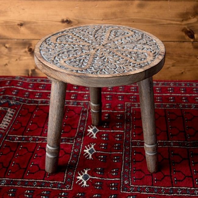 マンゴーウッドのマンダラ・スツール - 子用椅子 - 小さな椅子 全面花模様 3 - 角度を変えて全体を撮影しました