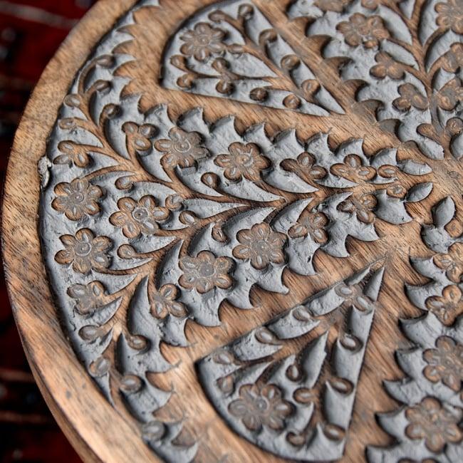 マンゴーウッドのマンダラ・スツール - 子用椅子 - 小さな椅子 全面花模様 6 - 緻密な彫刻からは彫師の技術の高さがうかがえます。