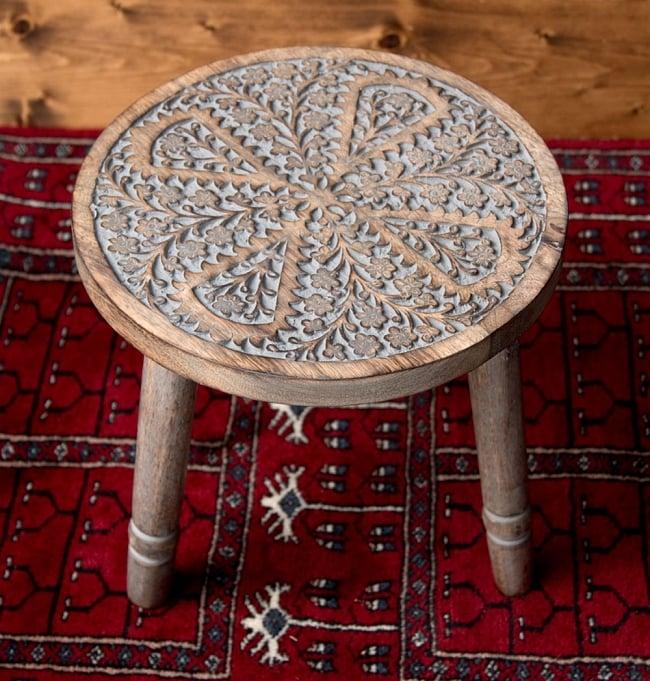マンゴーウッドのマンダラ・スツール - 子用椅子 - 小さな椅子 全面花模様の写真