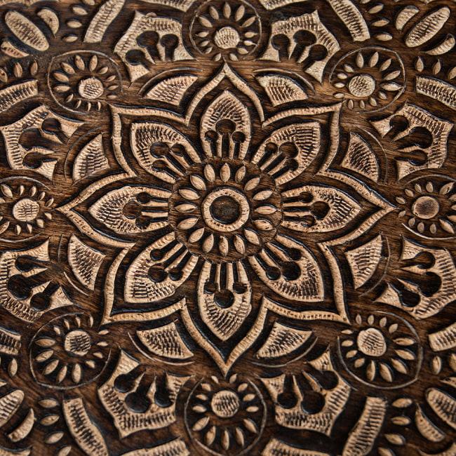 フラワーマンダラの彫刻が美しいサイドテーブル ブラウン -【天盤直径:37cm】 3 - 丁寧な手仕事により緻密に彫られています。