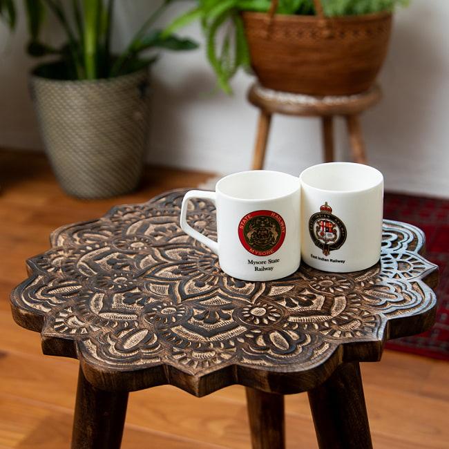 フラワーマンダラの彫刻が美しいサイドテーブル ブラウン -【天盤直径:37cm】 4 - 実際にマグカップを置いてみるとこのくらいのサイズ感です。