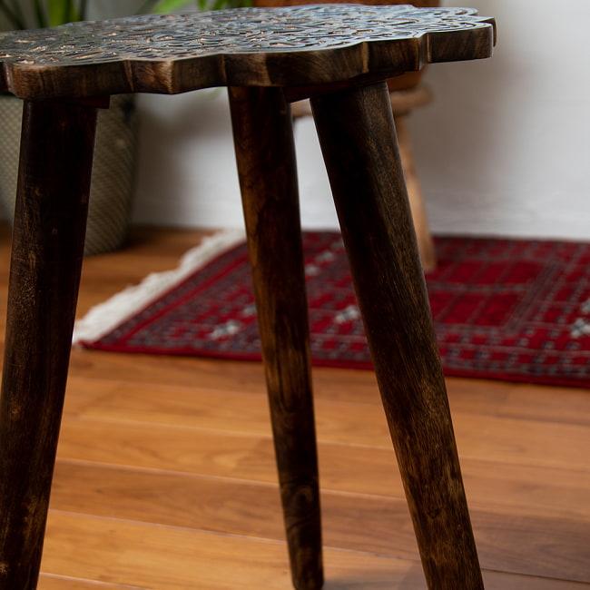 フラワーマンダラの彫刻が美しいサイドテーブル ブラウン -【天盤直径:37cm】 5 - 華やかな天盤と対象的にシンプルなレッグ。重くなりすぎずスッキリとした印象に。