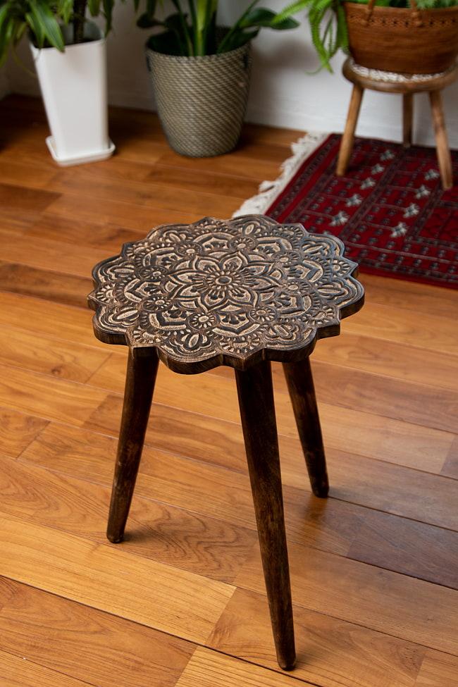 フラワーマンダラの彫刻が美しいサイドテーブル ブラウン -【天盤直径:37cm】の写真