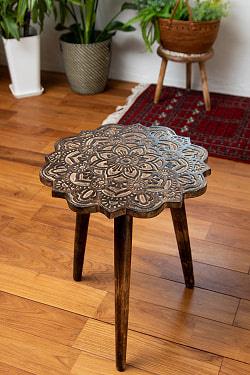 フラワーマンダラの彫刻が美しいサイドテーブル ブラウン -【天盤直径:44cm】