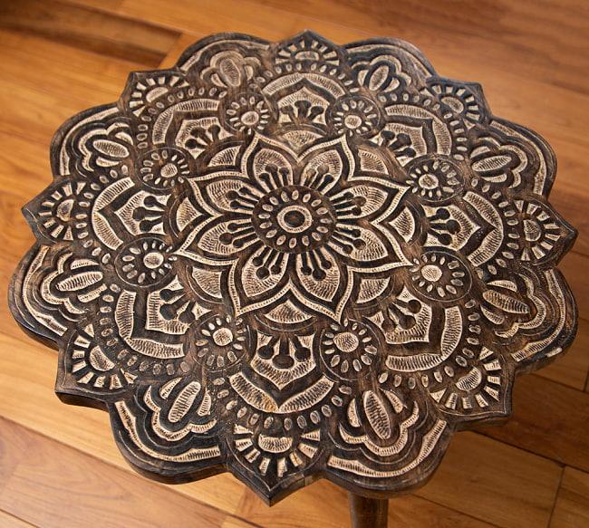 フラワーマンダラの彫刻が美しいサイドテーブル ブラウン -【天盤直径:53cm】 2 - 上面の模様に着目してみました。