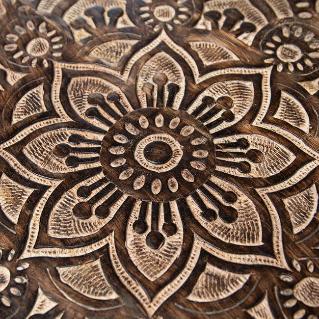 フラワーマンダラの彫刻が美しいサイドテーブル ブラウン -【天盤直径:53cm】 3 - 丁寧な手仕事により緻密に彫られています。