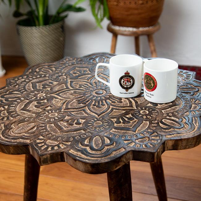 フラワーマンダラの彫刻が美しいサイドテーブル ブラウン -【天盤直径:53cm】 4 - 実際にマグカップを置いてみるとこのくらいのサイズ感です。