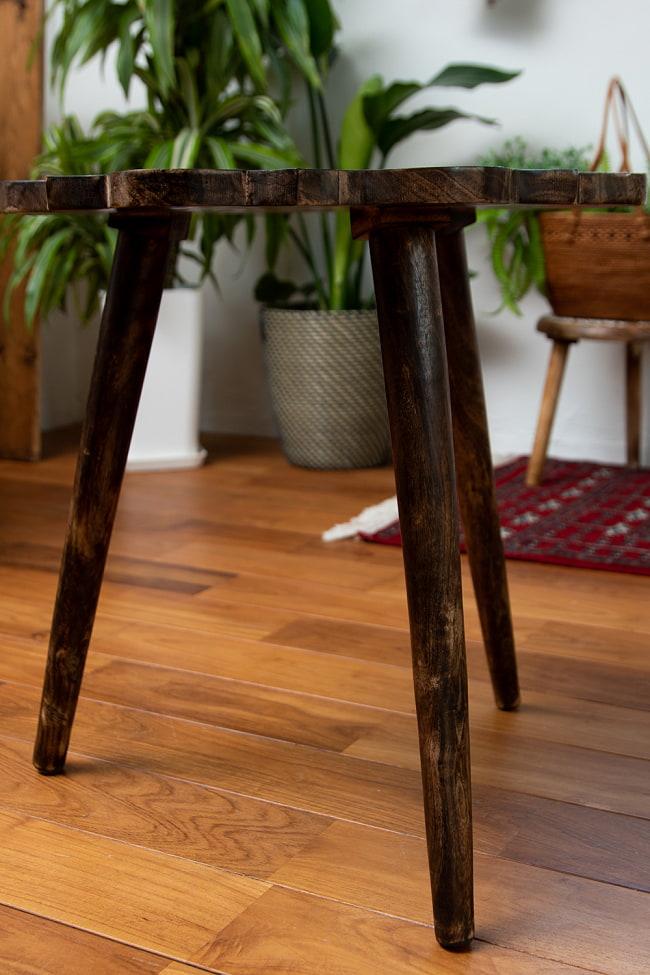 フラワーマンダラの彫刻が美しいサイドテーブル ブラウン -【天盤直径:53cm】 5 - 華やかな天盤と対象的にシンプルなレッグ。重くなりすぎずスッキリとした印象に。