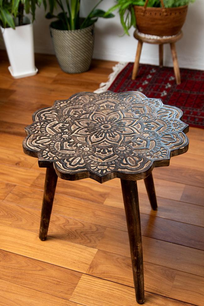 フラワーマンダラの彫刻が美しいサイドテーブル ブラウン -【天盤直径:53cm】の写真