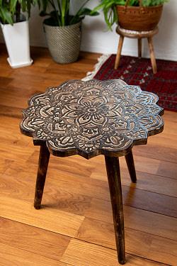 フラワーマンダラの彫刻が美しいサイドテーブル ブラウン -【天盤直径:53cm】の商品写真