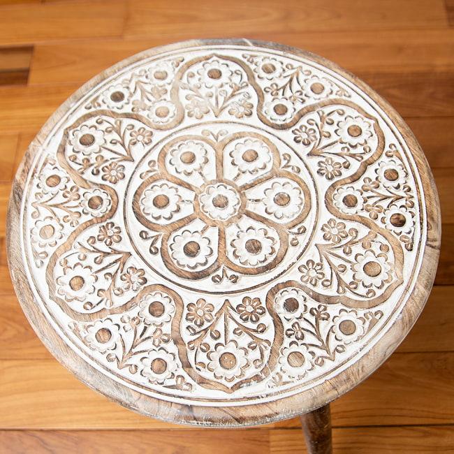 フラワーマンダラの彫刻が美しいサイドテーブル ホワイト -【天盤直径:45.5cm】 2 - 上面の模様に着目してみました。