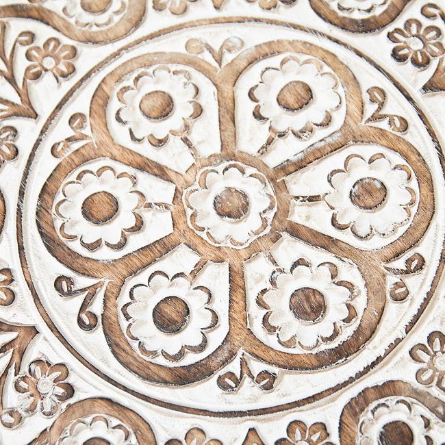 フラワーマンダラの彫刻が美しいサイドテーブル ホワイト -【天盤直径:45.5cm】 3 - 丁寧な手仕事により緻密に彫られています。