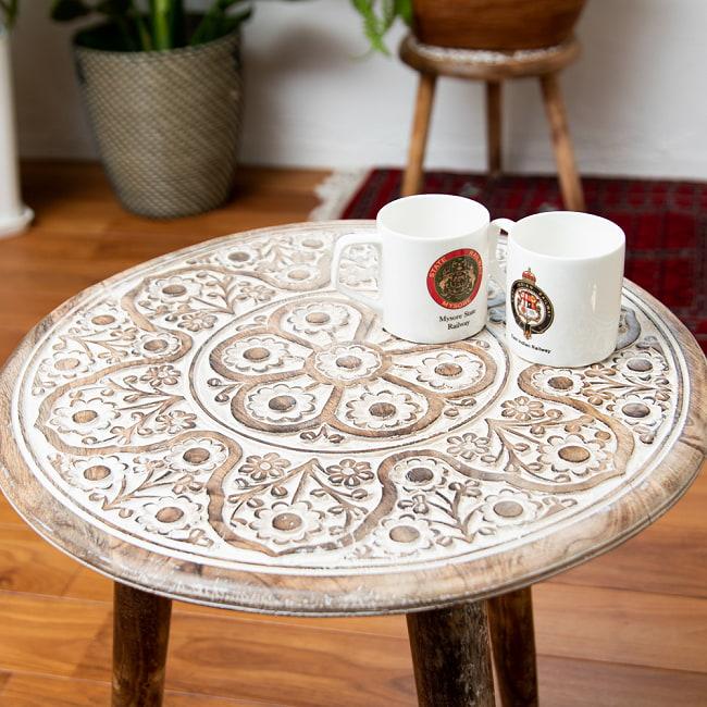 フラワーマンダラの彫刻が美しいサイドテーブル ホワイト -【天盤直径:45.5cm】 4 - 実際にマグカップを置いてみるとこのくらいのサイズ感です。