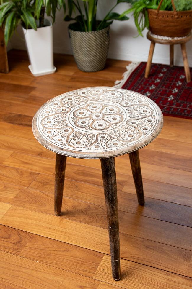 フラワーマンダラの彫刻が美しいサイドテーブル ホワイト -【天盤直径:45.5cm】の写真