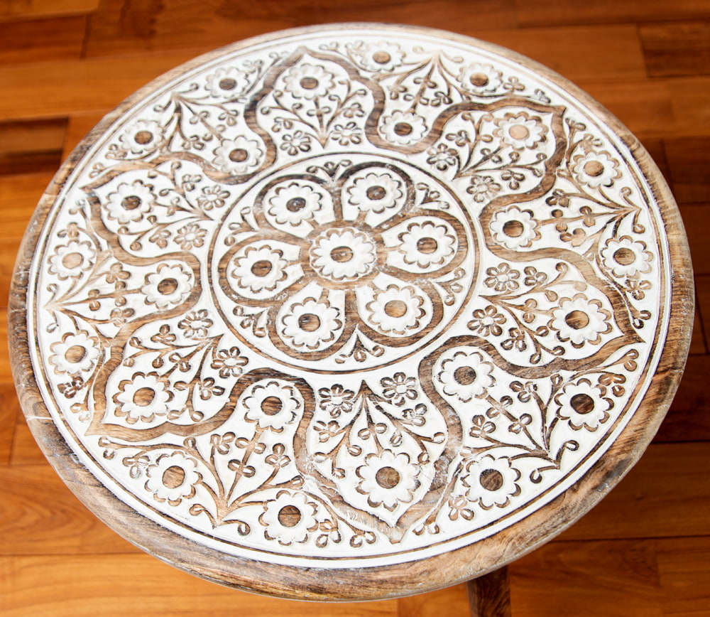フラワーマンダラの彫刻が美しいサイドテーブル ホワイト -【天盤直径:54cm】 2 - 上面の模様に着目してみました。