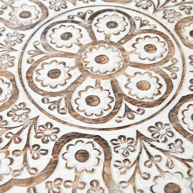 フラワーマンダラの彫刻が美しいサイドテーブル ホワイト -【天盤直径:54cm】 3 - 丁寧な手仕事により緻密に彫られています。
