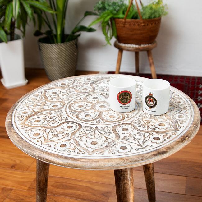 フラワーマンダラの彫刻が美しいサイドテーブル ホワイト -【天盤直径:54cm】 4 - 華やかな天盤と対象的にシンプルなレッグ。重くなりすぎずスッキリとした印象に。