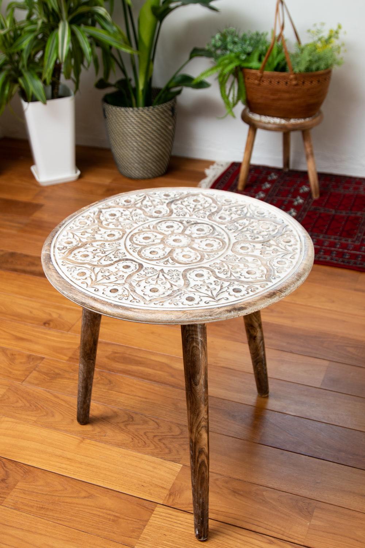 フラワーマンダラの彫刻が美しいサイドテーブル ホワイト -【天盤直径:54cm】の写真