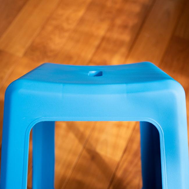 本場タイの屋台椅子 重ね収納OK! テラスなど屋外で使えるスタッキングチェア 12 - 座面は、ゆったり湾曲しています。これが水はけの良さと、座りやすさの秘密でもあります。