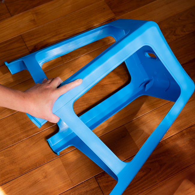 【自由に選べる6個セット】本場タイの屋台椅子 重ね収納OK! テラスなど屋外で使えるスタッキングチェア 8 - ちょっとやそっと押しても、しっかり戻る柔軟性があります。