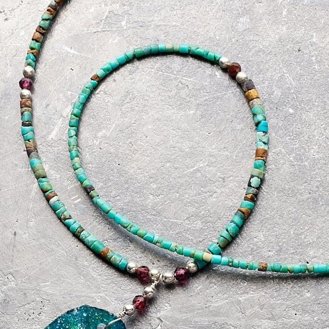 〔一点もの〕ターコイズとローマングラスのペンダント付きネックレス ローマ時代からの贈り物 5 - 特徴的なのがターコイズを基調に、天然石とビーズで装飾されているところ。ローマンガラスとの相性がとても良いです。(石の配置などは天然石を使用した手作りなので、それぞれ個体差がございます。)