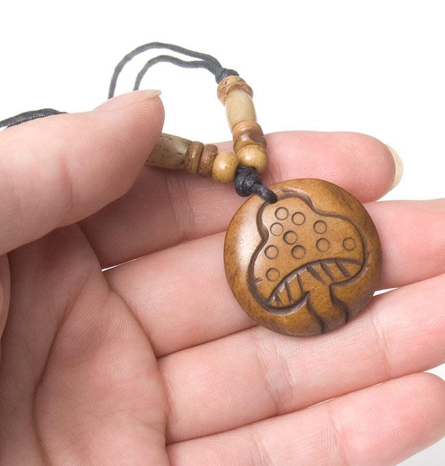水牛の骨のネックレス - きのこ - こちらの写真は、類似商品をマネキンに着けたものです。お届けする商品は1,2枚目の写真となります。