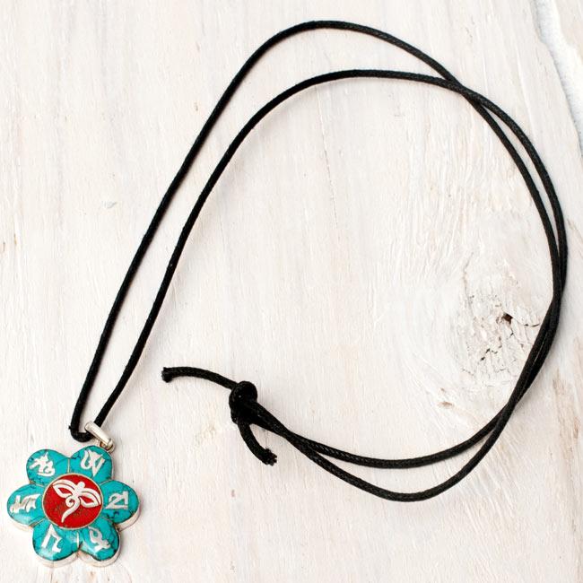 [シルバー925]インドの手作り原石ペンダントトップ[スライスアメジスト] 5 - こちらのような、約75cmのペンダント用紐も付属いたしますので、すぐにネックレスとしてお使いいただけます。(*紐の種類は、写真と異なる場合がございます。)ペンダントに合わせて金属や革紐へ交換するのも、素敵だと思います。