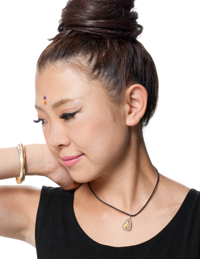 [15mm]タイのペンダント型お守り プラクルアン[仏像] 6 - 同ジャンル品『[170mm]タイのペンダント型お守り プラクルアン[仏像]【ID-NECK-518】』の使用例です。小さいながらも存在感がございます。