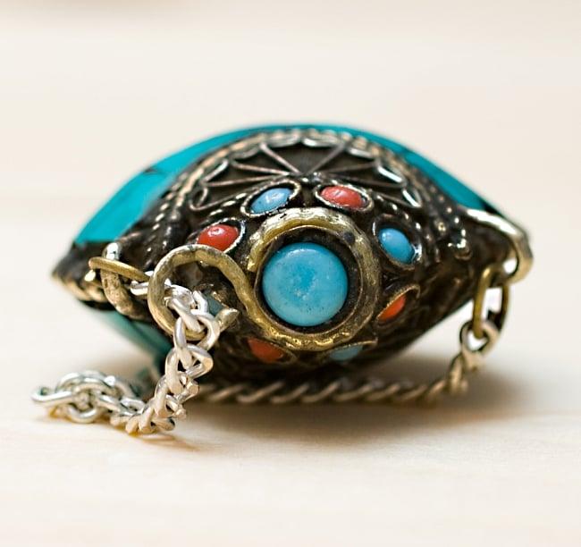 チベタンメタル 香水瓶 【ピルケース型】 6 - 上から撮影しました。蓋の色は2色あり、選択可能です。こちらはAブルーです。