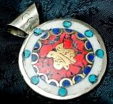 エンドレスノット(エメラルド色)とふくろう・オーン(聖音)のペンダントトップ(赤)