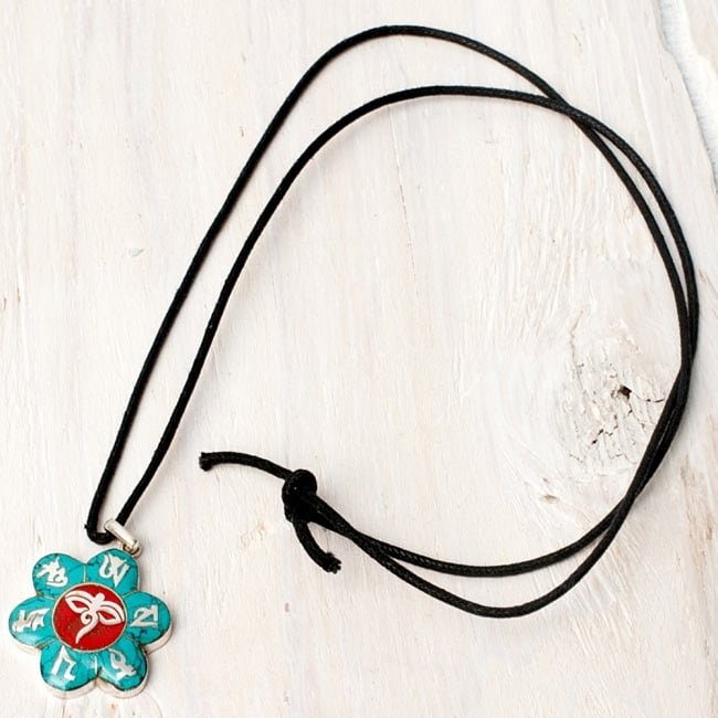 [シルバー925]インドの手作りシルバーペンダントトップ[ブッダ]の写真5 - こちらのような、約75cmのペンダント用紐も付属いたしますので、すぐにネックレスとしてお使いいただけます。(*紐の種類は、写真と異なる場合がございます。)ペンダントに合わせて金属や革紐へ交換するのも、素敵だと思います。