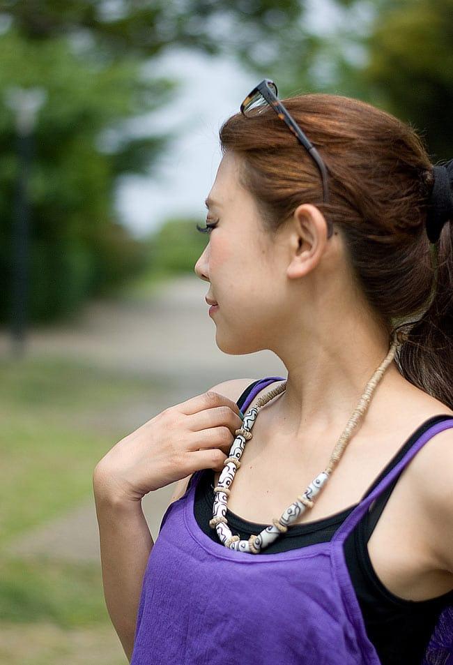 ヘンプのネックレス[黒] 6 - 色違いの商品を女性スタッフが身につけてみました。