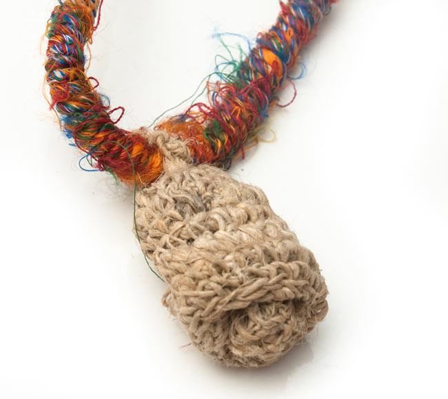 ヘンプとリサイクルシルクの鈴付きネックレスの写真2 - ヘンプで作られたきのこがついています。きのこの中には小さな鈴が入っています