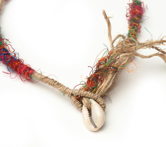 ヘンプとリサイクルシルクの鈴付きネックレスの写真3 - 宝貝の留め具がお洒落ですね