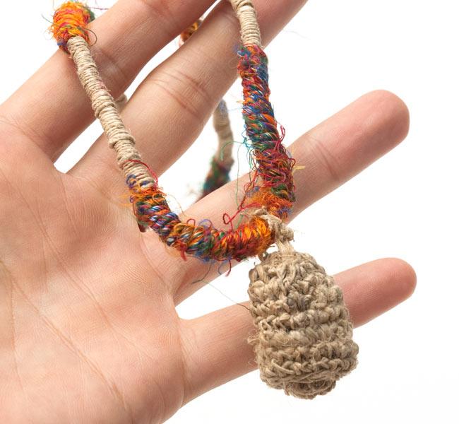 ヘンプとリサイクルシルクの鈴付きネックレスの写真4 - サイズ比較のために手に持ってみました
