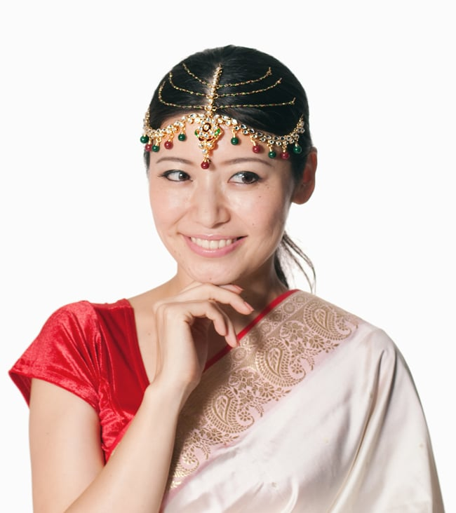 ゴージャスティッカ インドのヘアアクセサリー 7 - 同ジャンル品のティッカをモデルさんが付けてみたところです