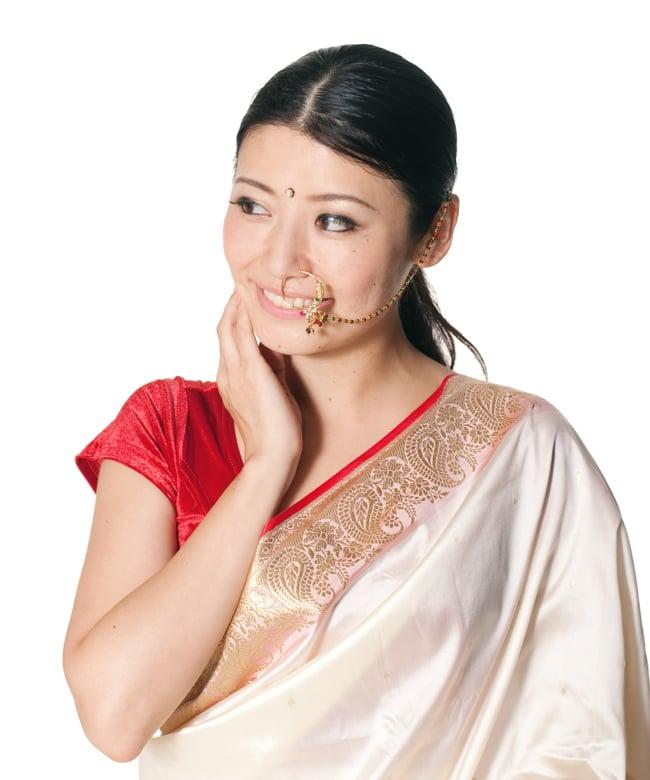 〔ナティー〕ノーズリング インドのノンホール鼻ピアス 10 - 同ジャンル品のノーズリングをモデルさんが付けてみたところです。