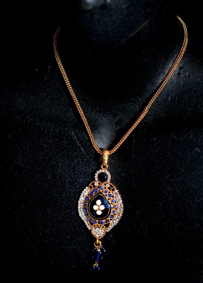 インド伝統アクセサリー オーバルネックレス&ピアスセット 6 - ネックレスの写真です。マネキンにかけてみました。