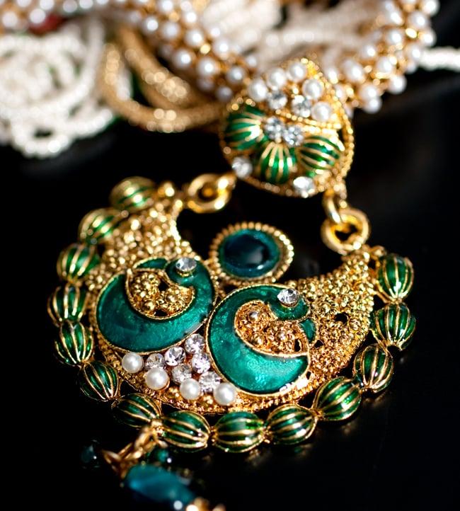 インド伝統アクセサリー ピーコックネックレス&ピアスセット 4 - ネックレスの拡大写真です。光を受けると美しく輝きます。